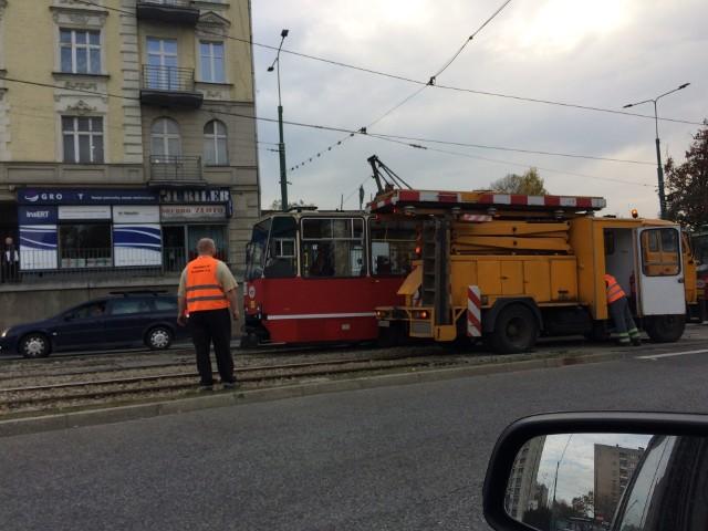 Unieruchomiony tramwaj na ulicy Piłsudskiego w Sosnowcu