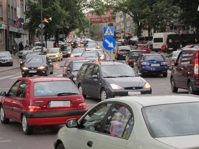 W porannym i popołudniowym szczycie komunikacyjnym skręcenie w lewo z ulicy Sienkiewicza w aleję Piłsudskiego jest nie lada problemem
