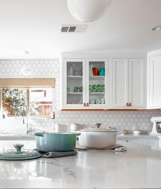 Kratka wentylacyjna w kuchniW takim miejscu jak kuchnia kratka wentylacyjna jest szczególnie narażona na zabrudzenia.