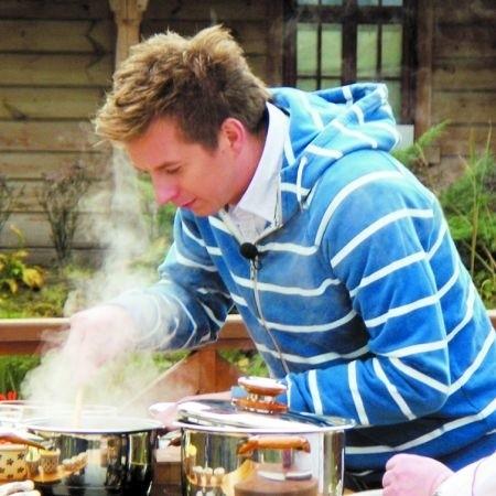 Karol Okrasa gotował nad Biebrzą potrawy z ryb, zaś dla moniecczan prawdziwą babkę ziemniaczaną