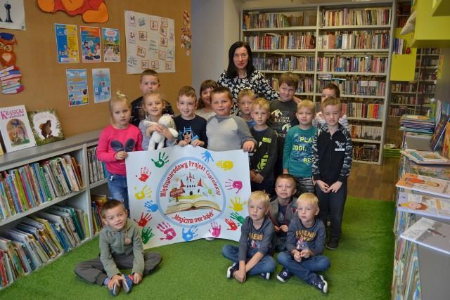 klasa 0 wraz z wychowawczynią Beatą Szarwińską podczas wizyty w bibliotece
