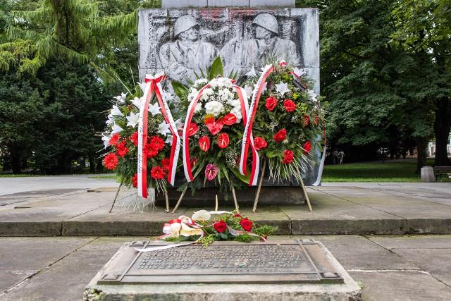 """Świeże kwiaty dla sowieckich """"wyzwolicieli"""". A co z pamięcią o ich ofiarach?"""