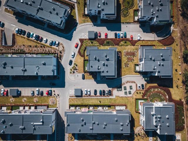 Najtańsze ulice w Toruniu. Gdzie kupimy najtańsze mieszkanie? Jak się okazuje, najniższe ceny nieruchomości w Toruniu wynoszą około 5,5 tys. złotych za metr kwadratowy. Na jakich ulicach i osiedlach możemy spodziewać się takich cen? Sprawdźcie!Czytaj dalej. Przesuwaj zdjęcia w prawo - naciśnij strzałkę lub przycisk NASTĘPNEZOBACZ TAKŻE:Kujawsko-Pomorskie. Dworki i pałace do kupienia w regionie. Oto najciekawsze oferty!Toruń. Mieszkania i lokale na sprzedaż od miasta. Co, gdzie i za ile można kupić?
