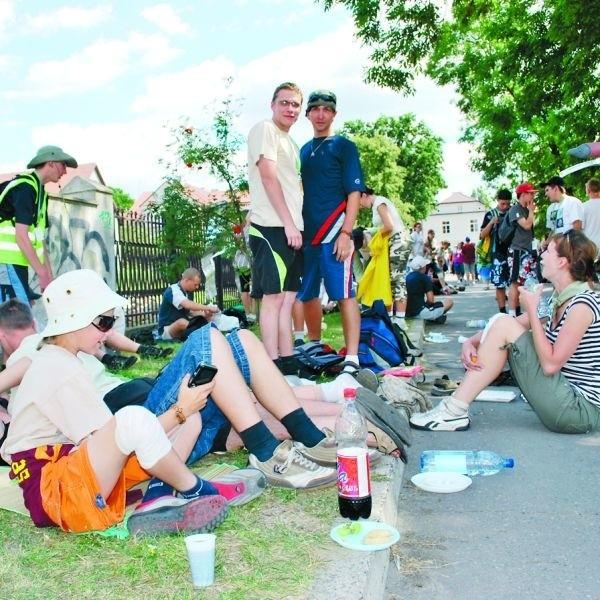 Pielgrzymi odpoczywali wczoraj godzinę na trawnikach za ostrołęcką farą. Na zdjęciu grupa z Pisza. Chłopcy, którzy stoją, noszą to samo imię - Karol.