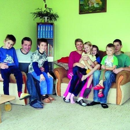 Od roku w rodzinnym pogotowiu opiekuńczym państwa Pogroszewskich przebywa pięcioro dzieci.Ich młodszy syn Kuba (na zdj. z prawej) chętnie uprawia z dzieciakami różne sporty.