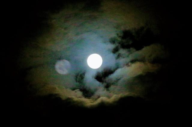 Pełnia Księżyca 27 kwietnia 2021 roku będzie mieć wpływ na każdy znak zodiaku. Które z nich odczują najbardziej wpływ Różowego Księżyca. Co przyniesie Różowy Księżyc dla Twojego znaku? Czy czeka Cię bezsenna noc? Sprawdź na kolejnych slajdach >>>>>