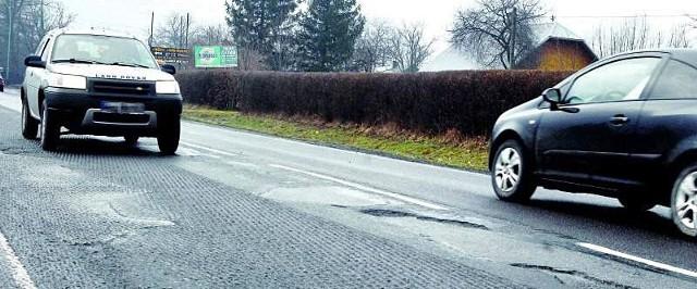 Po frezowaniu droga od Łańcuta do Głuchowa jest równiejsza, ale ciągle wypadają w niej dziury.