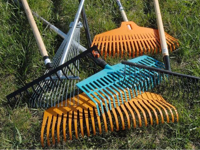 Jeśli idzie o pielęgnację trawnika, pierwszą pracę, którą musimy wykonać jest wygrabienie starych źdźbeł trawy, które zostały po zeszłorocznym koszeniu.