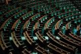 """Urodziny Roberta Mazurka z udziałem polityków. """"Fakt"""" opublikował zdjęcia. W tym czasie w Sejmie trwało posiedzenie, przemawiał prezes NIK"""