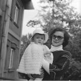 Dzień Matki na czarno-białych, archiwalnych fotografiach. Jak wyglądały mamy i jak doceniano ich trud włożony w wychowanie dzieci
