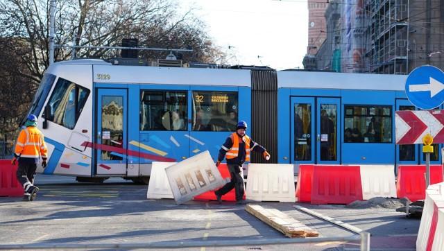 Budowa trasy autobusowo-tramwajową  na Nowy Dwór wchodzi w drugi etap. W związku z tym od soboty 8 lutego, trasy zmieniło 14 linii tramwajowych i autobusowych. Na kolejnych slajdach przedstawiamy nowe trasy 14 linii tramwajowych i autobusowych, jakie wejdą w życie od 8 lutego (sobota) i będą obowiązywać aż do wakacji. Zobaczcie, posługując się klawiszami strzałek, myszką lub gestami
