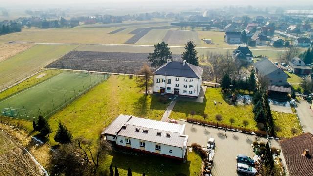 Szkoła Podstawowa im Macieja Szarka w Grabiu (gmina Wieliczka) zostanie rozbudowana w ciągu dwóch najbliższych lat. Wartość prac wyliczono na 2,1 mln zł