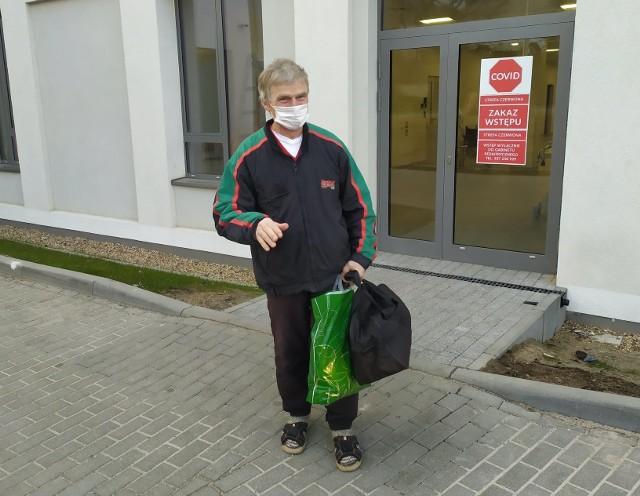 Andrzej Huszcza opuszcza szpital tymczasowy w Zielonej Górze.