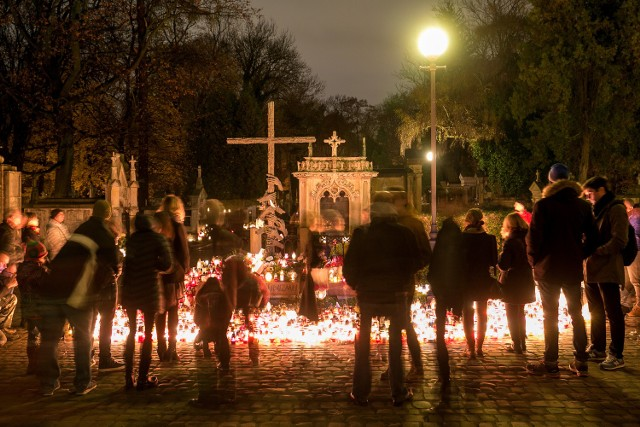 Cmentarz Rakowicki w Krakowie wieczorem w dzień Wszystkich Świętych.
