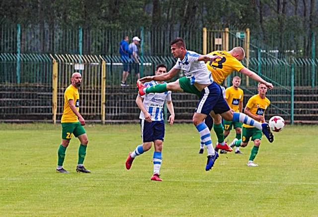 Chemik Police (żóło-zieloni) i Świt Szczecin grają obecnie w grupie B III ligi.