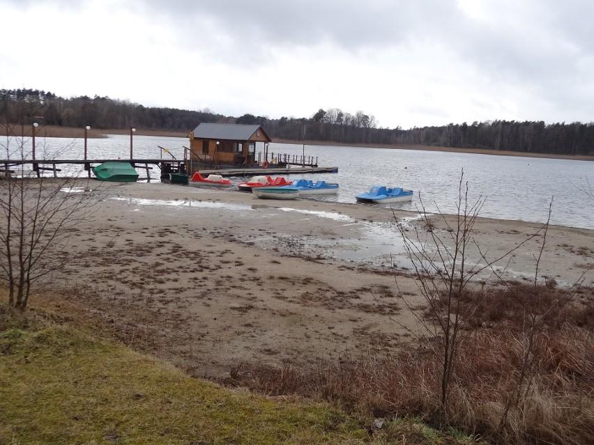 Poziom wody sięgnął dna. Jedno z najczystszych jezior w...