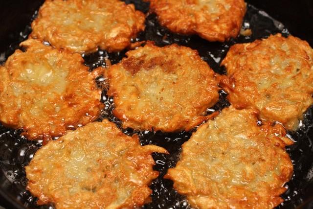 Aby placki ziemniaczane się udały, najlepiej użyć odmiany ziemniaków o dużej zawartości skrobi