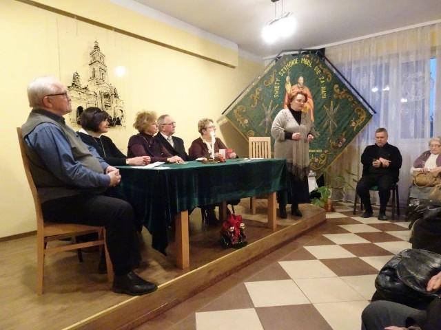 Występy rozpoczęto w Domu Parafialnym na Glinicach.