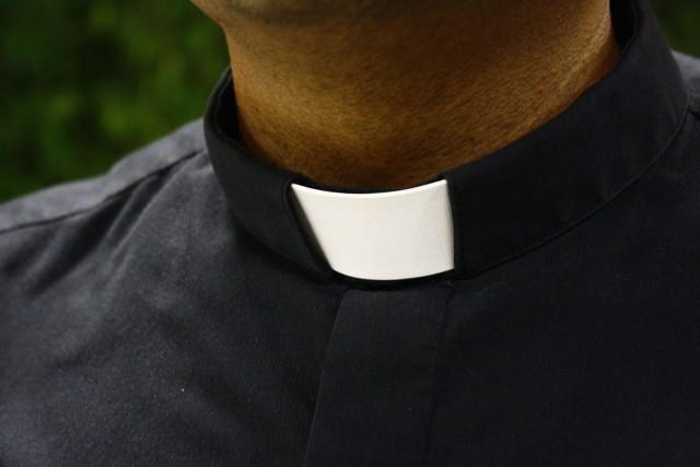 Instrukcja dla księży z archidiecezji łódzkiej dotycząca postępowania w kontakcie z dziećmi i młodzieżą wzbudziła kontrowersje wśród rodziców.