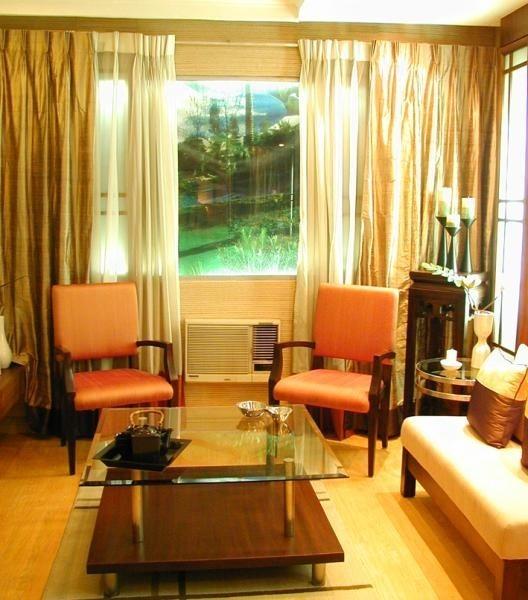 Dobry pomysł - stylizowane fotele oraz komódka zestawione z nowoczesną kanapą i szklanym stołem.