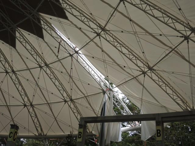 Dach świnoujskiego amfiteatru po nawałnicy.