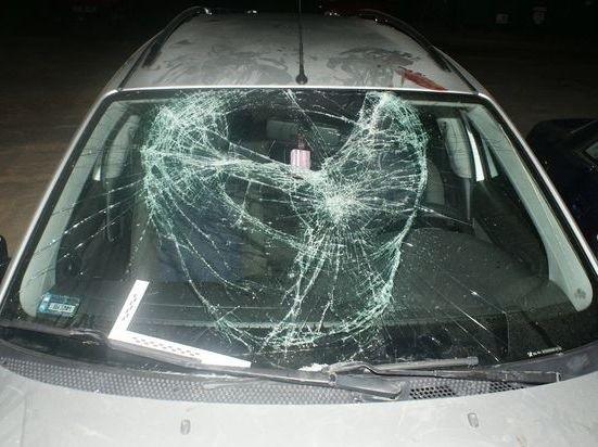 Zniszczona szyba jednego z aut