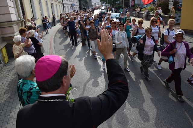Pielgrzymi pierwsze kilometry pokonają w Tarnowie gorąco żegnani przez mieszkańców, bliskich i biskupa ordynariusza