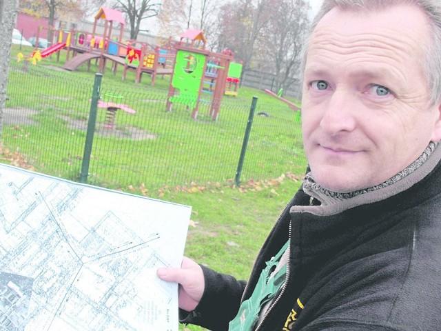 Zbigniew Jonko pokazuje mapę z zaznaczonym na niej, planowanym masztem telekomunikacyjnym. Obiekt o wysokości 40 metrów ma stanąć tuż przy placu zabaw dla dzieci.