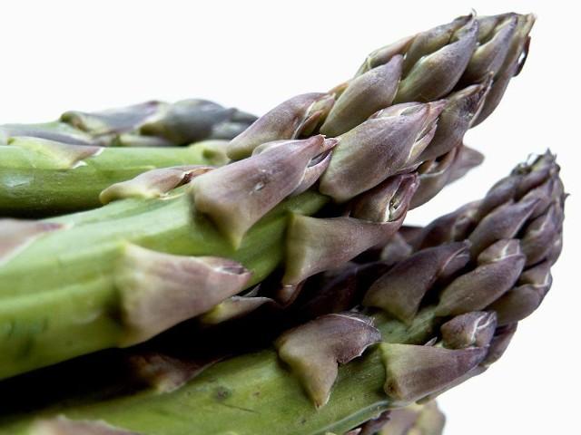 Szparagi z grilla to pomysł na wykwintne danie.