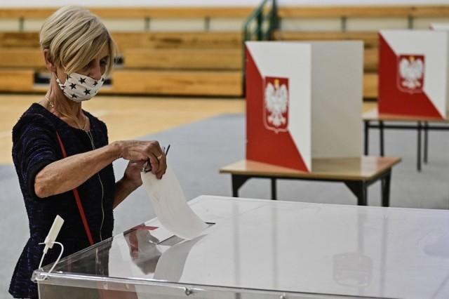 Państwowa Komisja Wyborcza podała już pełne wyniki głosowania w drugiej turze wyborów prezydenckich w Wielkopolsce. W naszym regionie zwyciężył Rafał Trzaskowski z wynikiem 54,92 proc. Andrzej Duda uzyskał 45,08 proc.Sprawdź, jak rozłożyło się poparcie w poszczególnych powiatach w Wielkopolsce. Gdzie zwyciężył Rafał Trzaskowski, a gdzie najwięcej głosów zebrał Andrzej Duda?  Zobacz ----->