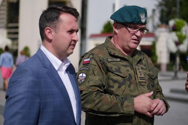 W przeddzień święta mieszkańców Białegostoku na uroczystości zapraszali Dowódca 18. Białostockiego Pułku Rozpoznawczego płk dypl. Marcin Frączek oraz Przemysław Tuchliński, zastępca prezydenta Białegostoku.