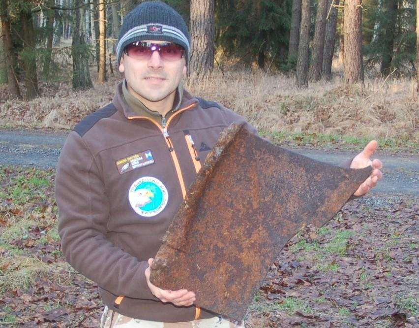 Maciej Boryna ze znalezionym fragmentem samolotu