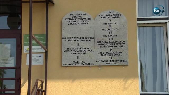 O Andrzeju Głazie, wójcie Tuszowa Narodowego, głośno zrobiło się w czerwcu, kiedy na szkolnych murach powiesił kamienne tablice z Dekalogiem: po 2 na każdej z 10 szkół na terenie gminy.