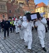 Marsz wolności we Wrocławiu. Koronasceptycy przyszli tłumnie, interweniowała policja [ZDJĘCIA]
