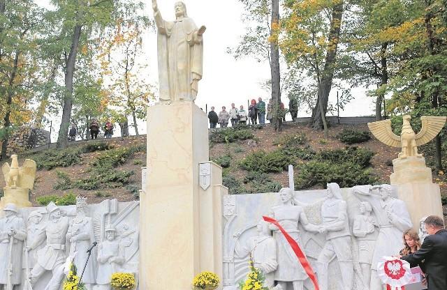Replika pomnika z 1938 r., bo oryginalny został zniszczony w 1939 r. po wkroczeniu Niemców. W ubiegłym roku sępolanie doczekali się odbudowy monumentu.
