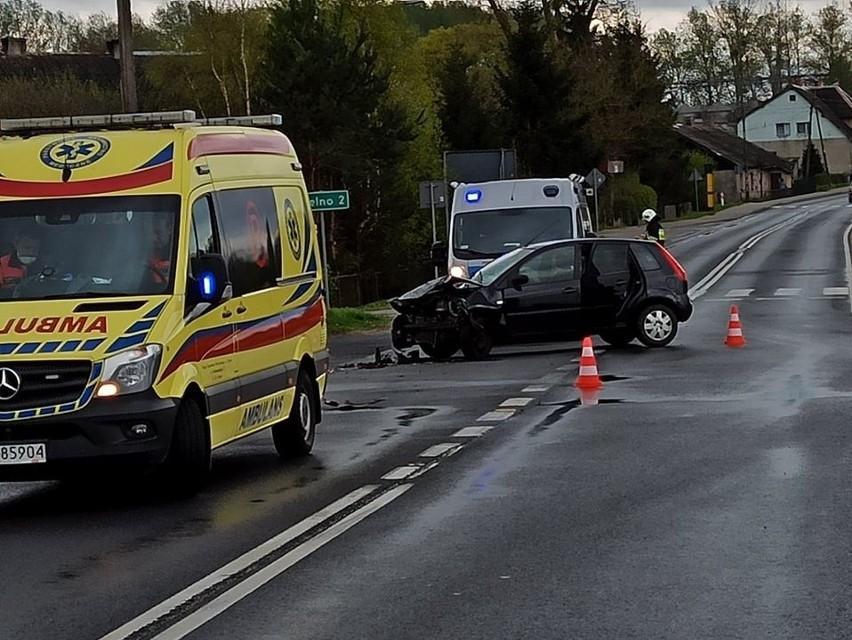 Dzisiaj (3 maj) doszło do kolizji w Suchorzu na skrzyżowaniu drogi wojewódzkiej nr 209 i drogi krajowej nr 21. Kierująca fordem nie ustąpiła pierwszeństwa przejazdu i doszło do zderzenia ze skodą. Na miejscu była karetka, policja oraz strażacy z Miastka i Trzebielina.