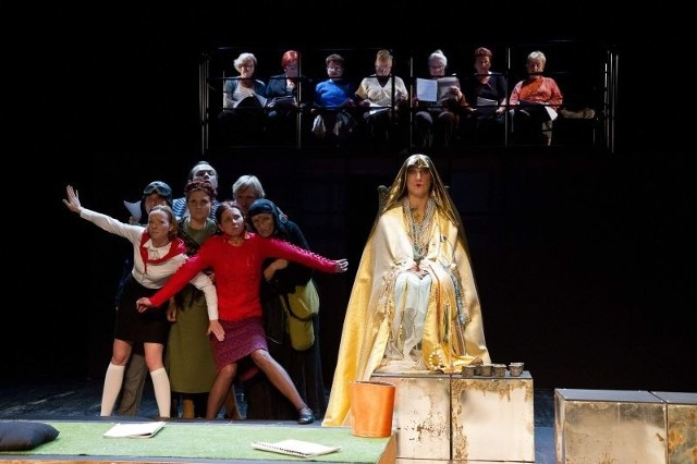 W sztuce białostockim i gościnnym aktorom towarzyszy specyficzny Chór Bab.