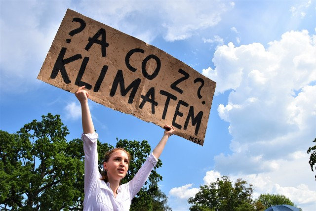 Aktywiści Młodzieżowego Strajku Klimatycznego na wiecu Andrzeja Dudy w Opolu