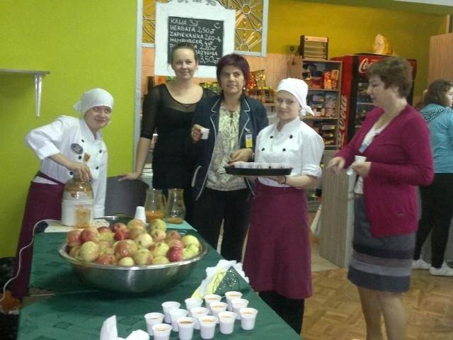 Do wypicia soku z marchwi na drugie śniadanie zachęcali nauczyciele i uczennice klas gastronomicznych.