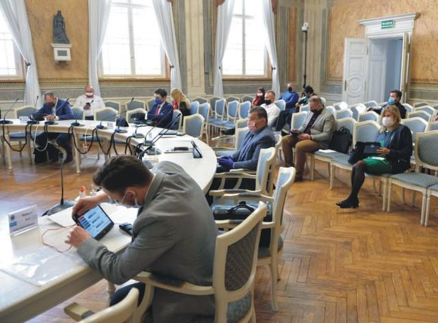 Nadzwyczajna sesja Rady Miejskiej w Przemyślu odbywała się z zachowaniem zasad bezpieczeństwa. Radni byli rozsadzeni, na twarzach mieli maski ochronne.