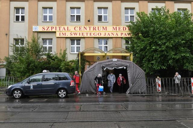 Pacjenci z Centrum Medycznego HCP zakażeni koronawirusem zostali w środę, 2 września przewiezieni do szpitala przy ul. Szwajcarskiej. Część oddziału kardiologicznego jest zamknięta.
