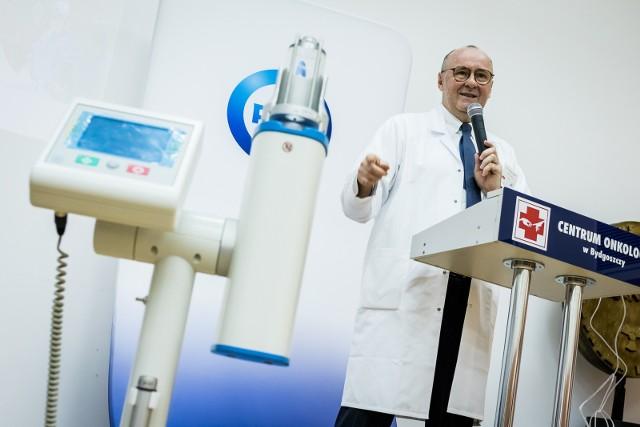 """Prof. Wojciech Zegarski podczas prezentacji urządzenie do stosowania innowacyjnej metody """"burzy śnieżnej"""", czyli dootrzewnowego podawania leku."""