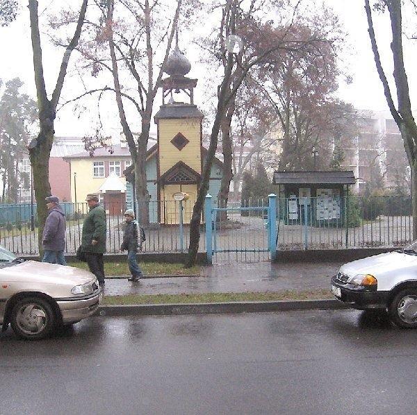 W nowym roku klienci sanatorium wojskowego  będą musieli parkować na wewnętrznym  parkingu ze względu na znak zakazujący  postoju. Być może parafia prawosławna  udostępni też swój parking.
