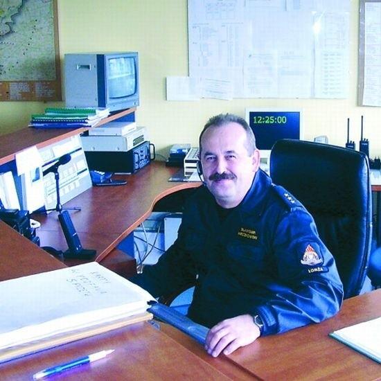 Kapitan Sławomir Mieczkowski odbiera telefony o każdej porze. Ma obowiązek sprawdzić każdy alarm. - Najgorsze jest angażowanie ludzi i środków nie tam, gdzie są w danej chwili potrzebne - mówi.