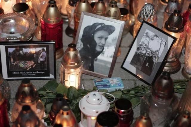 Po zastrzeleniu Adama przez policjanta, w Koninie doszło do zamieszek. W czwartek odbędzie się pogrzeb 21-latka. Policja liczy na uspokojenie nastrojów. Trwa śledztwo prokuratury, które ma wyjaśnić czy policjant użył broni zgodnie z przepisami, czy też przekroczył uprawnienia.