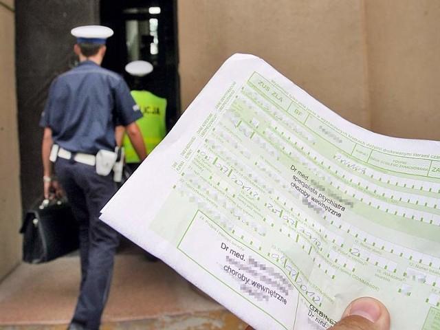 Obecnie mundurowi, m.in. policjanci, będąc na chorobowym, dostają 100 proc. pensji. Po zmianie przepisów pobieraliby 80 proc., tak jak zwykły Kowalski.