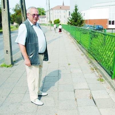 Chodniki przy ulicy 1 Maja są w strasznym stanie - pokazuje Ireneusz Jabłoński, który mieszka przy tej ulicy w Wysokiem Mazowieckiem