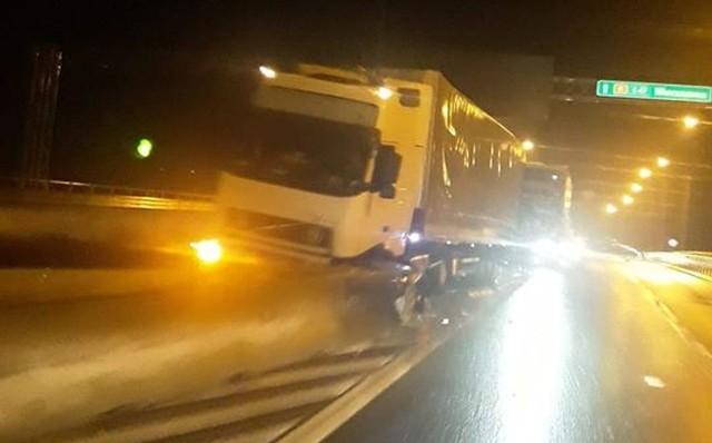 Wypadek na Kleeberga w Białymstoku. Ciężarówka zablokowała wiadukt