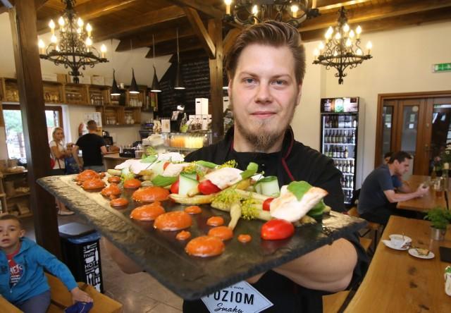 Maksymilian Przybylski, szef kuchni Poziomu Smaku, prezentuje fileta z kurczaka podanego na fasolce szparagowej, z cukinią i sosem z palonej papryki.