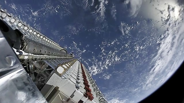 """Starlink - czyli najnowsze dziecko firmy SpaceX Elona Muska - zrobił spore zamieszanie w astronomicznym światku. Przelot konstelacji satelitów wyraźnie widoczny jest na nocnym niebie. Internauci z całego świata zarejestrowali ten niezwykły widok. Zobaczcie, jak uchwycili przelot """"kosmicznego pociągu""""."""